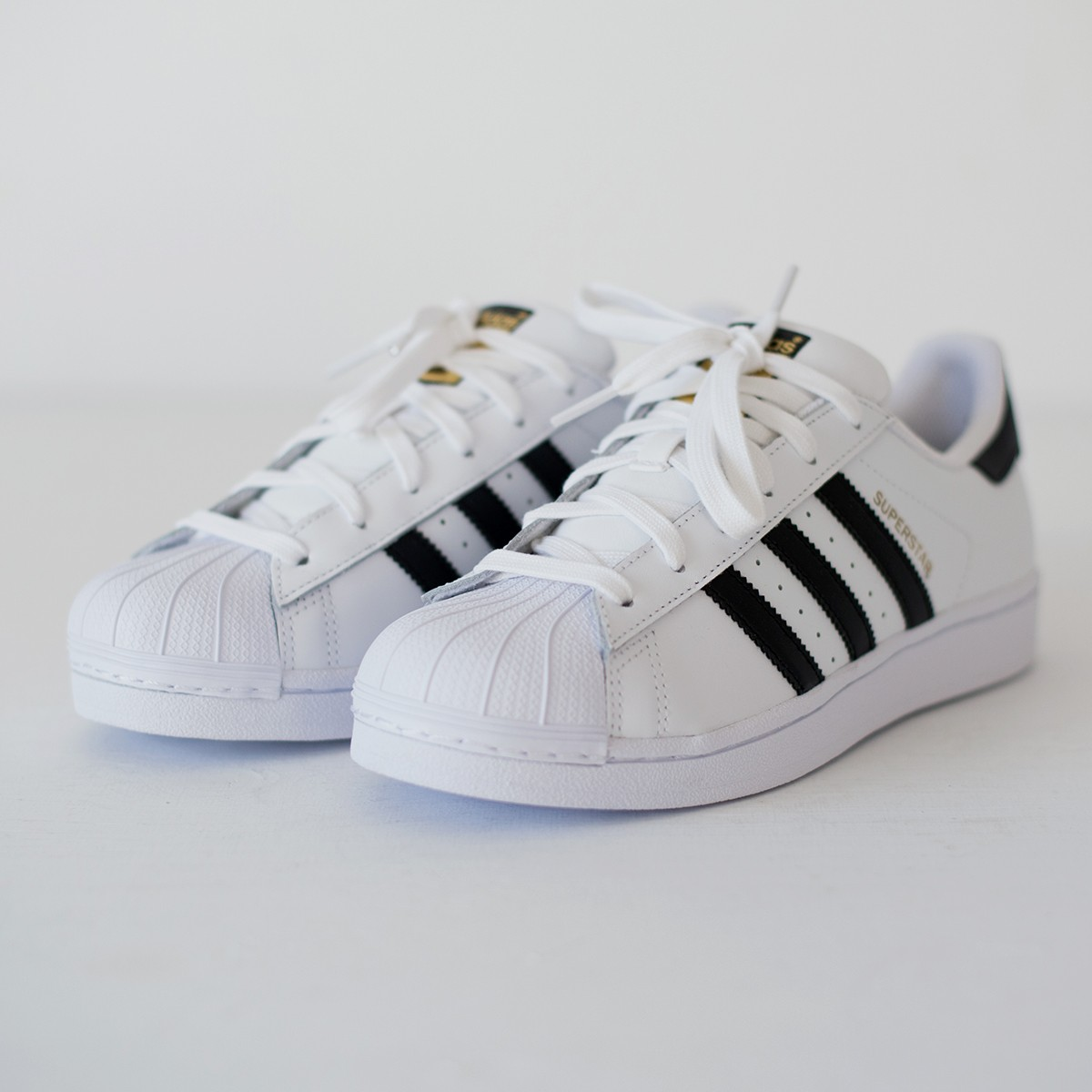 superstar adidas cena